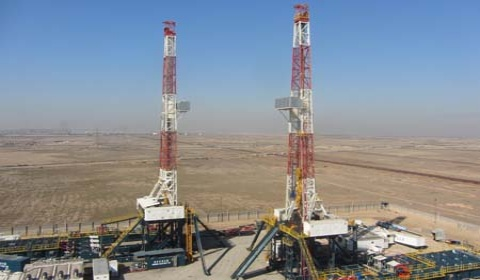 Riging up and concurrent commissioning of two land rigs